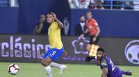 Striker timnas Brasil, mencetak gol penentu kemenangan atas Arab Saudi dalam laga uji coba di King Saud University Stadium, Sabtu (13/10/2018) dini hari WIB. (AP Photo)