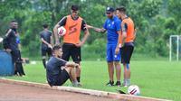 Trio pemain Amerika Latin Arema FC saat bercanda usai latihan dengan pelatih fisik Marcos Gonzales. (Bola.com/Iwan Setiawan)