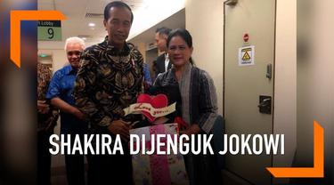 Putri penyanyi Denada, Shakira Aurum mendapat kejutan dari Presiden Jokowi beserta Ibu Negara Iriana hari Kamis (21/2). Shakira yang sedang dirawat  di rumah sakit dihadiahi kado istimewa.