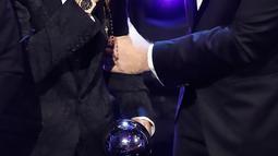 Bintang sepak bola Kroasia, Luka Modric berpose dengan Presiden FIFA Gianni Infantino saat menerima penghargaan Pemain Terbaik Pria FIFA 2018 dalam malam The Best FIFA Football Awards 2018 di Royal Festival Hall, London, Senin (24/9). (AP/Frank Augstein)