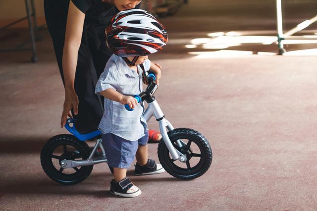 Bantu anak melakukan berbagai kegiatan aktif./Copyright shutterstock.com
