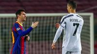 Striker Barcelona, Lionel Messi, berjabat tangan dengan striker Juventus, Cristiano Ronaldo, pada laga Liga Champions di Stadion Camp Nou, Rabu (9/12/2020). Laga tersebut menjadi ajang reuni dua mega bintang yakni Messi dan Ronaldo. (AP Photo/Joan Monfort)