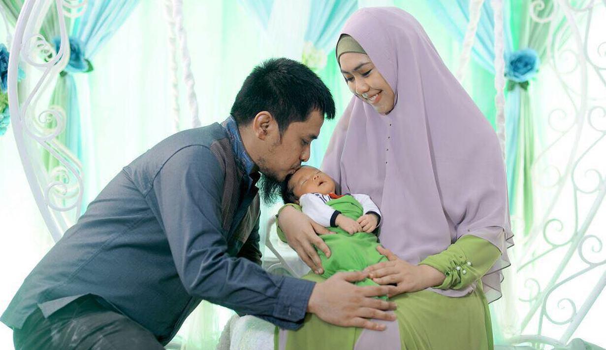 Artis Oki Setiana  Dewi baru saja menggelar akikah anak ketiganya, Ibrahim Muhammad Abdullah. Acara berlangsung di kediamannya, kawasan Bintaro, Tangerang, Senin (25/12/2017). (Instagram/okisetianadewi)