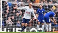 Gelandang Tottenham Hotspur, Christian Eriksen mencetak gol indah ke gawang Chelsea pada pekan ke-32 Premier League di Stamford Bridge, London, (1/4/2018). Tottenham menang 3-1. (AFP/Glyn Kirk)