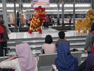 Atraksi barongsai menghibur penumpang di Stasiun Tawang, Semarang, Jawa Tengah, Sabtu (25/1/2020). Atraksi barongsai dari Putra Mataram menghibur para pengguna jasa kereta api dalam memeriahkan perayaan Tahun Baru Imlek 2571. (Liputan6.com/Gholib)