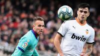 Penyerang Valencia, Maxi Gomez, berhasil mencetak dua gol ke gawang Barcelona pada laga pekan ke-21 La Liga Spanyol di Estadio de Mestalla, Sabtu (25/1/2020). (AFP/JOSE JORDAN)