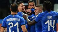 Para pemain Italia merayakan gol yang dicetak oleh Stefano Sensi ke gawang Liechtenstein pada laga Kualifikasi Piala Eropa 2020 di Stadion Ennio-Tardini, Selasa (26/3). Italia menang 6-0 atas Liechtenstein. (AFP/Miguel Medina)