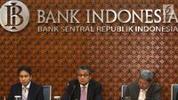Gubernur Bank Indonesia (BI) Perry Wardjio (tengah) saat jumpa pers hasil Rapat Dewan Gubernur (RDG) BI di Jakarta, Kamis (27/9). RDG BI memutuskan menaikkan BI 7-day Reverse Repo Rate (BI7DRR) sebesar 25 bps menjadi 5,75%. (Liputan6.com/Angga Yuniar)