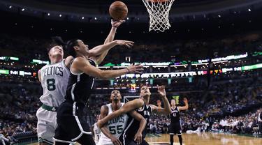 Aksi pemain Brooklyn Nets, Jeremy Lin (kedua dari kiri) memasukan bola saat dihadang pemain Boston Celtics, Jonas Jerebko (kiri) pada laga NBA preseason basketball game, Boston, Selasa (18/10/2016) WIB. Celtics menang atas Nets 120-99. (AP/Charles Krupa)