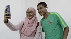 Pemain Timnas Indonesia, Evan Dimas, foto bersama fans usai latihan di Universitas Kasetsart, Bangkok, Kamis (15/11). Latihan ini persiapan jelang laga Piala AFF 2018 melawan Thailand. (Bola.com/M. Iqbal Ichsan)