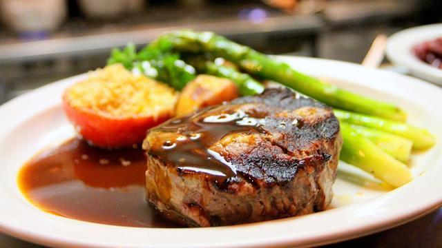 Cara Membuat Steak Daging Sapi di Rumah ala Restoran, Empuk Nan