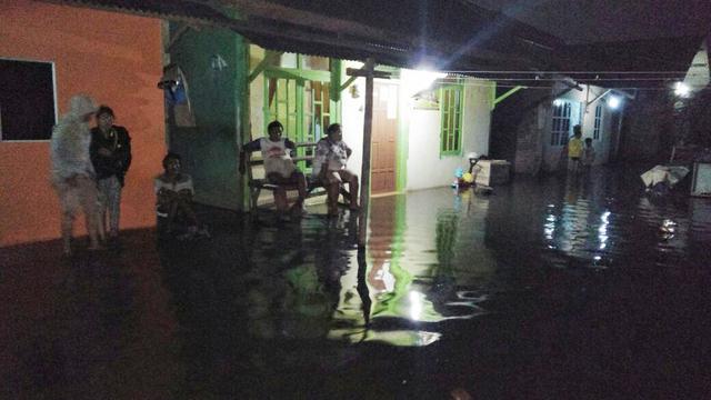 Banjir rob yang terjadi di Kecamatan Cilacap selatan akibat supermoon 4 Desember 2017 malam. (Foto: Liputan6.com/BPBD/Muhamad Ridlo)