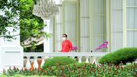 Presiden Joko Widodo keluar dari Istana Kepresidenan untuk menjalani vaksinasi COVID-19 dosis kedua, Jakarta, Rabu (27/1/2021). Seperti diketahui, Jokowi telah menerima suntikan vaksin dosis pertama di Istana Kepresidenan Jakarta, Rabu 13 Januari 2021. (Lukas/Biro Pers Sekretariat Presiden)