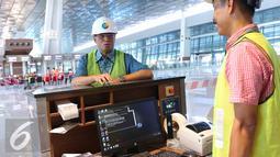 Dirut PT Angkasa Pura II Budi Karya berdiskusi dengan pegawainya di Terminal 3 Ultimate Bandara Soekarno Hatta, Tangerang, Banten, Rabu (8/6).   (Liputan6.com/Angga Yuniar)