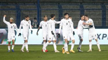 Para pemain Italia merayakan setelah Andrea Belotti dari Italia mencetak gol pembuka timnya selama pertandingan UEFA Nations League antara Bosnia-Herzegovina dan Italia, di Sarajevo, Bosnia, Rabu (18/11/2020). Italia menang 2-0 atas Bosnia-Herzegovina. (AP Photo / Kemal Softic)