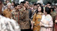 Presiden Jokowi berbincang dengan Puan Maharani dan Megawati Soekarnoputri sembari berjalan menuju situs penjara Banceuy, Bandung, Rabu (1/6). Jokowi napak tilas ke penjara yang pernah jadi tempat penahanan Bung Karno itu. (Liputan6.com/Faizal Fanani)