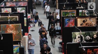 """Suasana Indonesian Art Festival """"Pesta Seni Rupa Indonesia"""" di Museum Nasional, Jakarta, Minggu (10/11/2019). Festival yang digelar 9-18 November 2019 ini menghadirkan karya lukis dan patung hasil goresan 200 seniman dari berbagai daerah di Indonesia. (merdeka.com/Iqbal S. Nugroho)"""