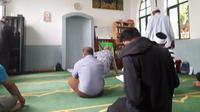 Suasana dalam masjid Macau sebelum salat zuhur berjemaah (Liputan6.com/Komarudin)
