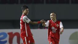 Uniknya, gol Riko Simanjuntak dengan skema serangan balik cepat juga hasil umpan dari Osvaldo Haay yang tidak terkawal oleh bek Persib Bandung. Riko dan Osvaldo sama-sama menjebol gawang Persib dan memberikan assist dalam pertandingan ini. (Foto: Bola.com/M. Iqbal Ichsan)