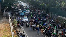 Kemacetan di depan stasiun Palmerah, Jakarta, Jumat (22/5/2015). Kemacetan ini disebabkan puluhan tukang ojek yang yang menjajakan jasanya kepada warga yang turun dari kereta api. (Liputan6.com/Johan Tallo)
