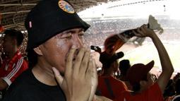 Suporter Persija Jakarta menangis saat merayakan gelar juara Liga 1 di SUGBK, Jakarta, Minggu (09/12). Persija menang 2-1 atas Mitra Kukar. (Bola.com/M Iqbal Ichsan)