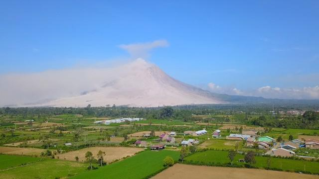 Secara mendadak Gunung Sinabung erupsi lagi, Selasa pagi, 19 Februari. Erupsi ini menambah beban bagi para pengungsi yang sudah 8 tahun hidup tak pasti.