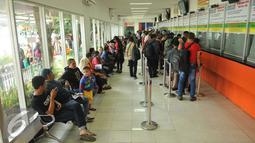 Sejumlah calon penumpang mengantre tiket di Stasiun Senen, Jakarta (3/5/2016). Jelang libur panjang pada tanggal 5 dan 6 Mei penjualan tiket kereta api sudah terjual habis. (Liputan6.com/Gempur M Surya)