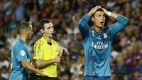 Ekspresi Cristiano Ronaldo (kanan) usai menerima kartu merah saat melawan Barcelona pada laga Supercup Spanyol di Camp Nou stadium, Barcelona, (13/8/2017). Real Madrid menang 3-1. (AP/Manu Fernandez)