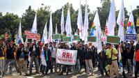 Massa buruh yang tergabung dalam Konfederasi Serikat Pekerja Indonesia (KSPI) menggeruduk Balai Kota DKI Jakarta, Rabu (1/6). Dalam aksinya, mereka menuntut kenaikan upah minimum DKI sebesar Rp 650 ribu. (Liputan6.com/Gempur M Surya)