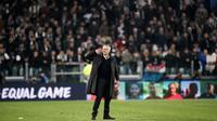 Pelatih Manchester United, Jose Mourinho, bersikap arogan usai mengalahkan Juventus usai laga Liga Champions di Stadion Allianz, Turin, Rabu (7/11), Juventus kalah 1-2 atas MU. (AFP/Isabella Bonotto)