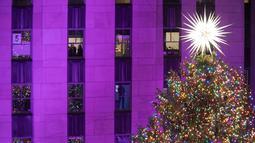 Pohon Natal Rockefeller Center yang dinyalakan saat upacara tahunan ke-86 di New York, Amerika Serikat, Rabu (28/11). Acara ini sebagai salah satu atraksi musim Natal yang dinantikan di New York City. (AP Photo/Mary Altaffer)