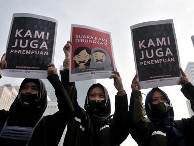 Aktivis yang tergabung dalam Aliansi Cerahkan Negeri saat menggelar aksi di area car free day, Bundaran HI, Jakarta, Minggu (28/4/2019). Aksi tersebut menolak disahkannya Rancangan Undang-undang Penghapusan Kekerasan Seksual (RUU PKS) yang tengah dibahas oleh DPR RI. (merdeka.com/Iqbal S. Nugroho)