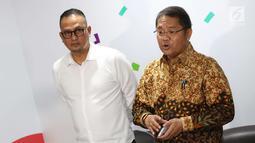 Menkominfo Rudiantara (kanan) bersama Dirjen Aptika Semuel Abrijani Pangerapan (kiri) memberi keterangan terkait pemblokiran Tik Tok, Jakarta, Rabu (4/7). Pemblokiran Tik Tiok akan dicabut bila sudah memenuhi persyaratan. (Liputan6.com/Immanuel Antonius)