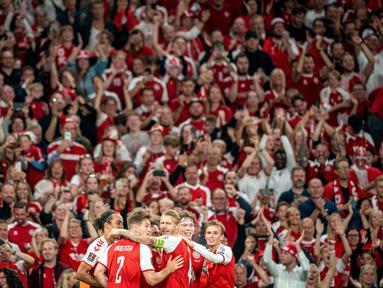 Para pemain Denmark merayakan gol keempat mereka ke gawang Israel selama pertandingan kualifikasi Grup F Piala Dunia FIFA Qatar 2022 di Kopenhagen (7/9/2021). Denmark menang telak ats Israel dengan skor 5-0. (Mads Claus Rasmussen/Ritzau Scanpix/AFP)