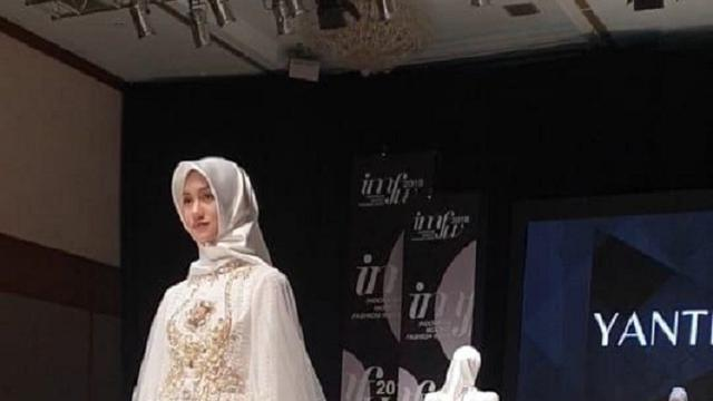 Baju rancangan Yanti Adeni saat tampil di Indonesia Modest Fashion Week  (IMFW) 2018 c4eec428ca