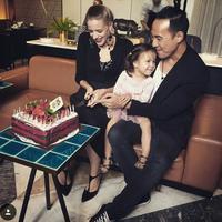 Daniel Mananta dan Viola Maria beserta buah hatinya. (Instagram/yosieirawan)