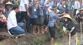 Presiden Joko Widodo berbincang dengan petani di pinggir sawah, di Desa Cisaat, Leuwigoong, Garut, Sabtu (19/1). Kunjungan tersebut untuk meninjau Gerakan Mengawal Musim Tanam Oktober-Maret 2017/2019dan Kewirausahaan Pertanian. (Liputan6.com/Angga Yuniar)