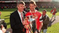 Arsene Wenger dan Tony Adams saat menjuarai Premier Leauge pada 1998. (doc. Arsenal)