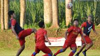 Pemain Arema FC saat berlatih di bulan Ramadan. (Bola.com/Iwan Setiawan)