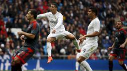 Aksi Cristiano Ronaldo saat melawan Celta Vigo, Spanyol, Sabtu (5/3/2016). Dengan quattrick kontra Celta, berarti top scorer sepanjang masa Madrid itu sudah mencapai milestone istimewa ini (Reuters/Susanna Vera)