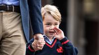 Ekspresi Pangeran George di hari pertamanya sekolah di Thomas's school di Battersea, London, Inggris (7/9). Pangeran George didampingi ayahnya Pangeran William berangkat ke sekolah pada hari pertama. (Richard Pohle/Pool Photo via AP)