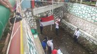 Warga kampung Malangan dan sekitar Kali Gandekan Kota Magelang melangsungkan Upacara HUT ke 74 Kemerdekaan RI di sebuah selokan yang sangat bersih. (foto: Liputan6.com/edhie prayitno ige)