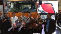PT Krama Yudha Tiga Berlian Motors (KTB) menyerahkan dua unit kendaraan Colt Diesel kepada PMI Surakarta dan SMK Muhammadiyah Tumijajar Lampung.(Amal/Liputan6.com)