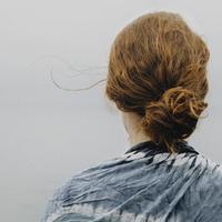 Ilustrasi gaya rambut twisted bun. (Unsplash.com)