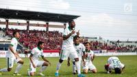 Penyerang timnas Indonesia, Marinus Mariyanto (24) bersama rekan-rekan satu tim melakukan selebrasi seusai membobol gawang Timor Leste pada laga ketiga grup B SEA Games 2017 di Stadion Selayang, Malaysia, Minggu (20/7). (Liputan6.com/Faizal Fanani)