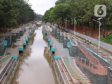 Pengunjung menyusuri kawasan Taman Kota 2 BSD yang berwajah baru di Tangerang Selatan, Jumat (19/2/2021). Revitalisasi sejumlah sarana dan prasarana tampak terus dilakukan. Diantara yang terbaru adalah pedestrian yang terbentang di sisi barat bersama dengan aliran sungai. (Liputan6.com/Angga Yuniar)