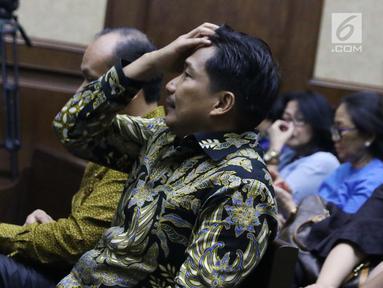 Anggota Komisi VI DPR RI Bowo Sidik Pangarso jelang menjalani sidang perdana di Pengadilan Tipikor, Jakarta, Rabu (14/8/2019). Bowo Sidik Pangarso didakwa menerima suap dan gratifikasi sebesar SGD 700 ribu dan Rp 600 juta. (Liputan6.com/Helmi Fithriansyah)