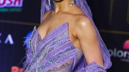 Aktris Bollywood, Deepika Padukone berpose saat menghadiri International Indian Film Academy (IIFA) ke-20 di NSCI Dome di Mumbai (19/9/2019). Deepika tampil cantik mengenakan gaun bulu berwarna ungu dengan kerudung panjang dan anting-anting besar. (AFP Photo/Punit Paranjpe)