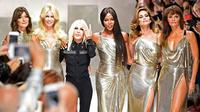 Donatella Versace bersama mantan supermodel dunia, Carla Bruni, Claudia Schiffer, Naomi Campbell, Cindy Crawford dan Helena Christensen pada penutup koleksi Versace Spring/Summer 2018 di gelaran Milan Fashion Week, 22 September 2017. (MIGUEL MEDINA / AFP)