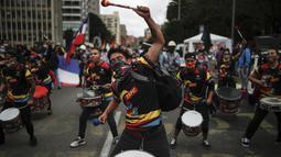 Para pemuda tampil dengan drumline selama protes anti-pemerintah di tengah perayaan Hari Kemerdekaan Kolombia, di Bogota, Selasa (20/7/2021). Warga Kolombia kembali turun ke jalan ketika pemerintah secara resmi mengajukan RUU reformasi pajak $3,95 miliar kepada Kongres. (AP Photo/Ivan Valencia)